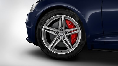 Red brake calipers in S design for front wheels