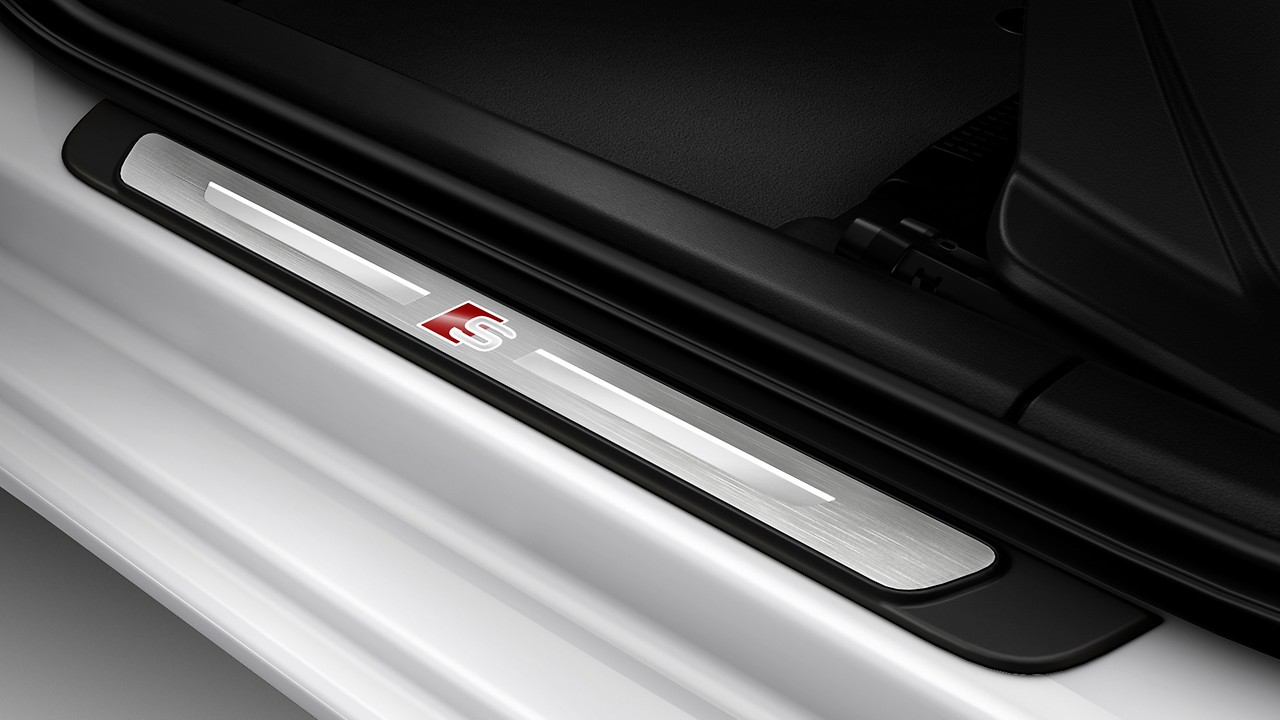 Door sills with aluminium inserts at the front, illuminated, with 'S' logo