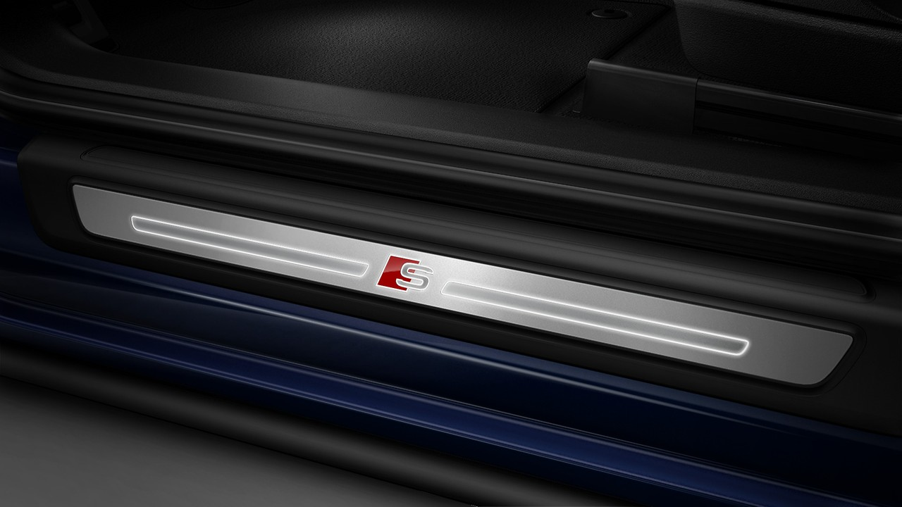 Illuminated door sill trims with S logo
